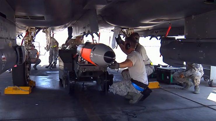 Eine Testversion der B61-12-Atombombe wird auf einem Flugzeug montiert vor dem Testflug. Bild: USAF