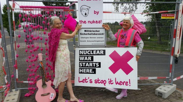 IPPNW-Abschlussaktion im Rahmen des Aktionstags am 17. Juni vor dem Haupttor des Atomwaffenstandortes Büchel.