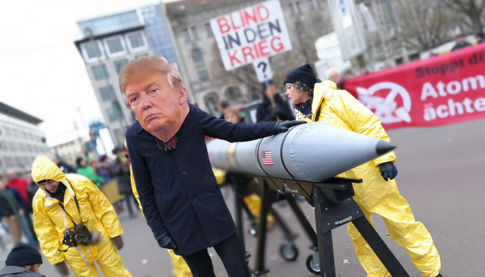 Aktivist verkleidet als Präsident Trump mit B61-Bombenatrappe bei der Menschenkette am 18.11.2017 in Berlin. Foto: Michael Schulze von Glaßer