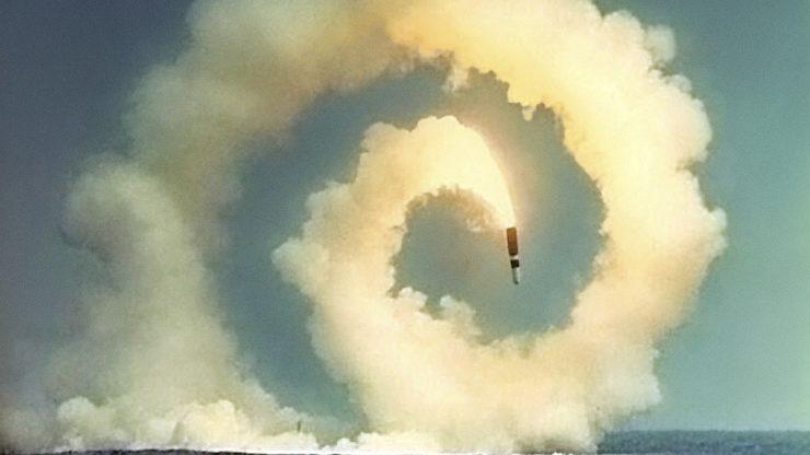 Rakete im Himmel über dem Meer mit kreisförmiger Rauchwolke