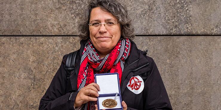 Xanthe Hall mit der Friedensnobelpreismedaille in der Hand