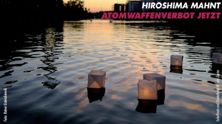 """Auf einem Fluss schwimmen Papierlaternen. Die Sonne geht im Hintergrund unter. Rechts oben steht """"Hiroshima mahnt Atomwaffenverbot jetzt"""